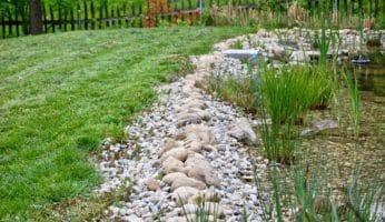 Teichumrandung mit Steinen