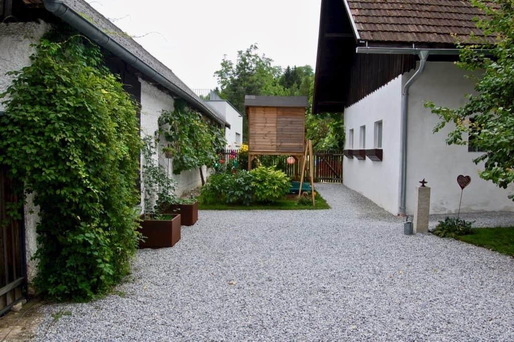 Im Hof: Schotter, Beete, Kinderhaus