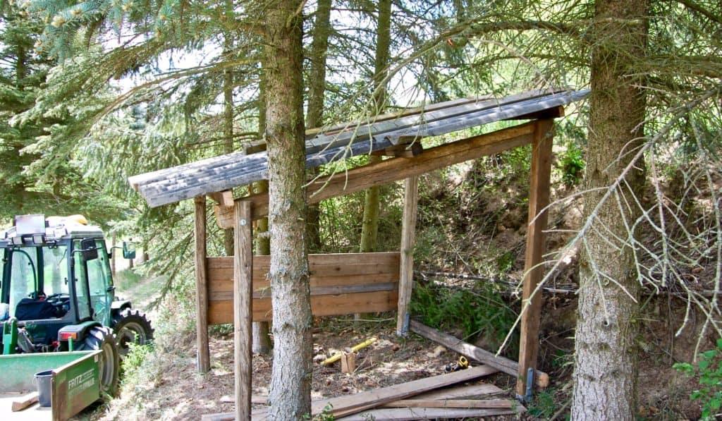 Schafunterstand: Dach und erste Bretter für Seitenwand