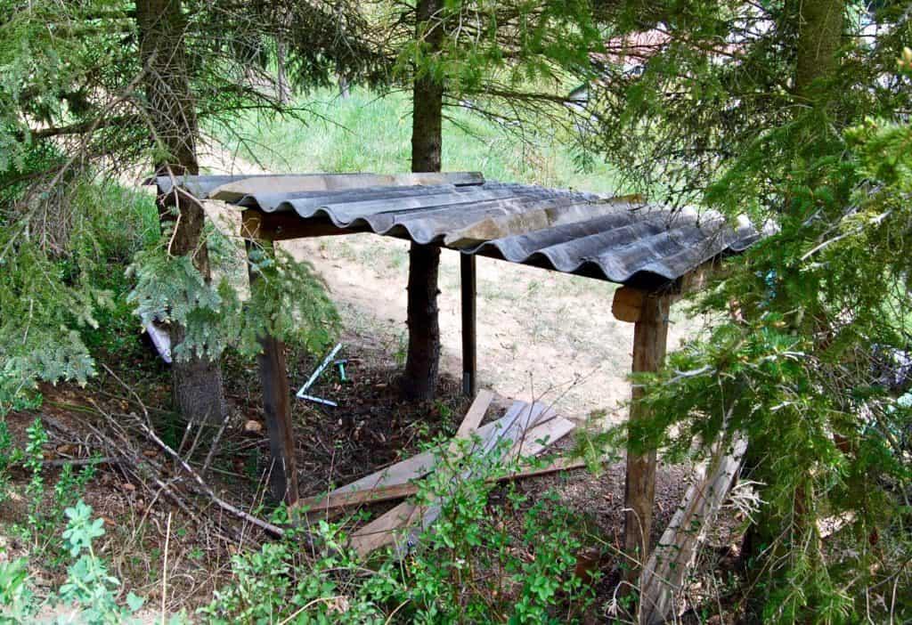 Schafunterstand: 4 Pfosten und ein Wellblechdach