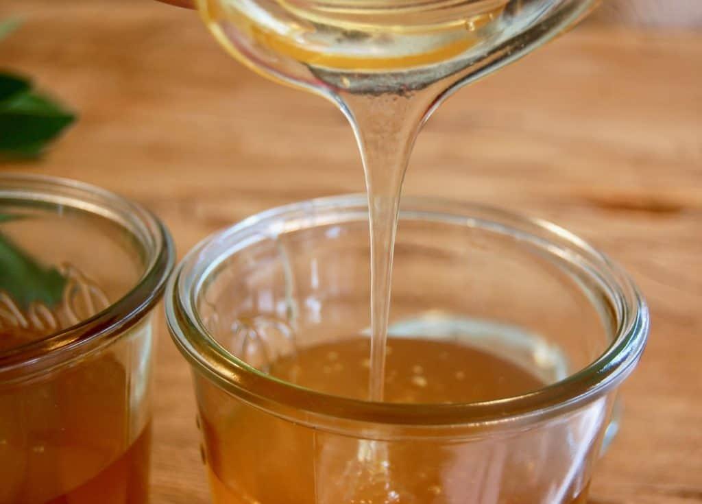 Honig ins Einmachglas füllen