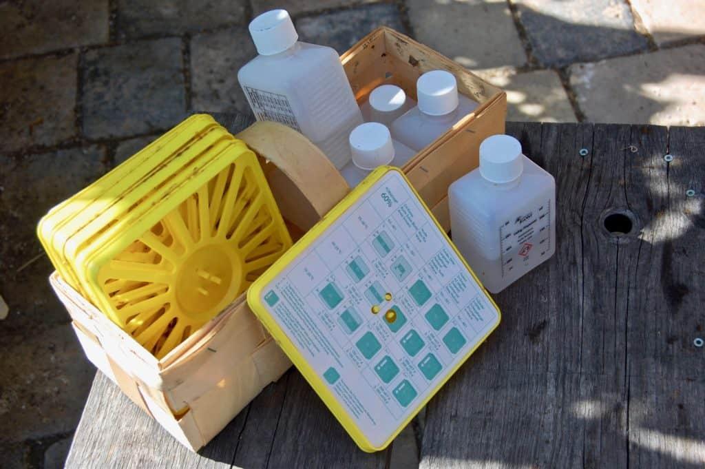 Varroabehandlung: Liebig-Dispenser, bestehend aus Fläschchen, Grundplatte, Dochtpapier