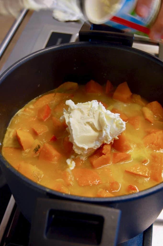Suppe und Schlagobers dazugeben