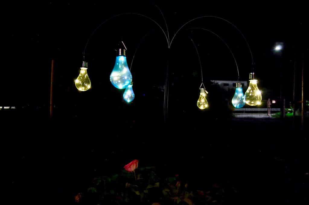 Solarlämpchen in der Einfahrt bei Nacht