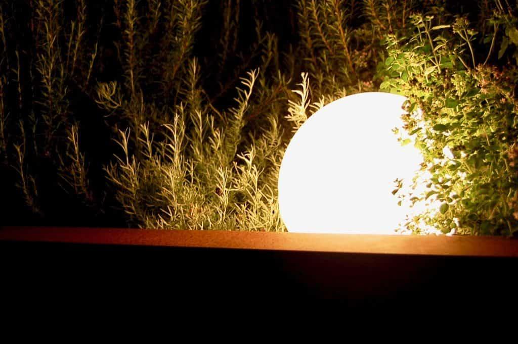 Leuchtkugel / Mond im Kräuterbeet