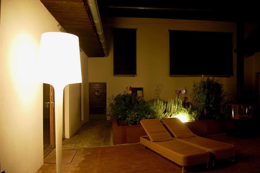 Stehlampe und Leuchtkugel