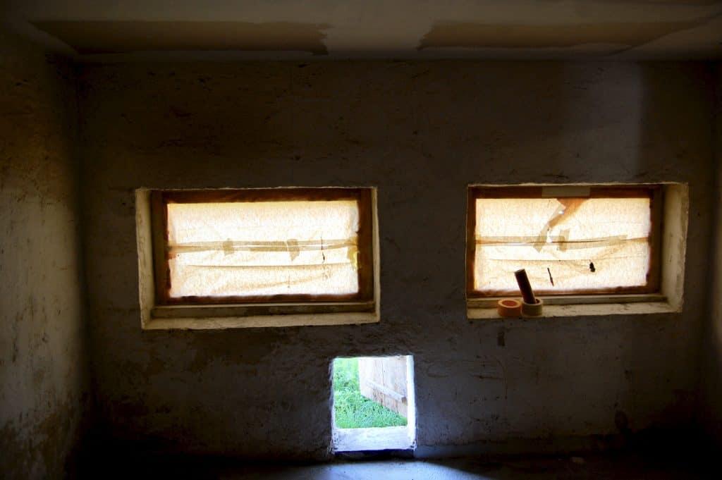 die neuen, noch verklebten Fenster