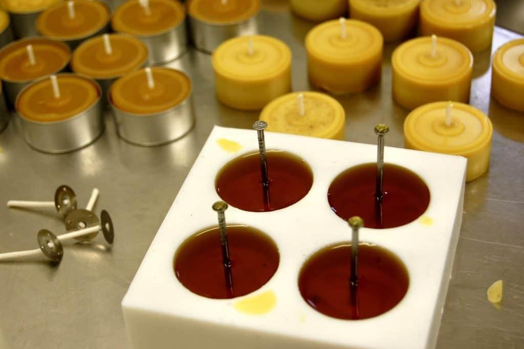 Teelichter aus Bienenwachs selber machen