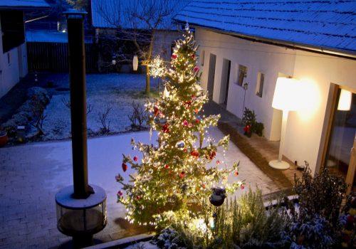 Weihnachtsbaum im Innenhof