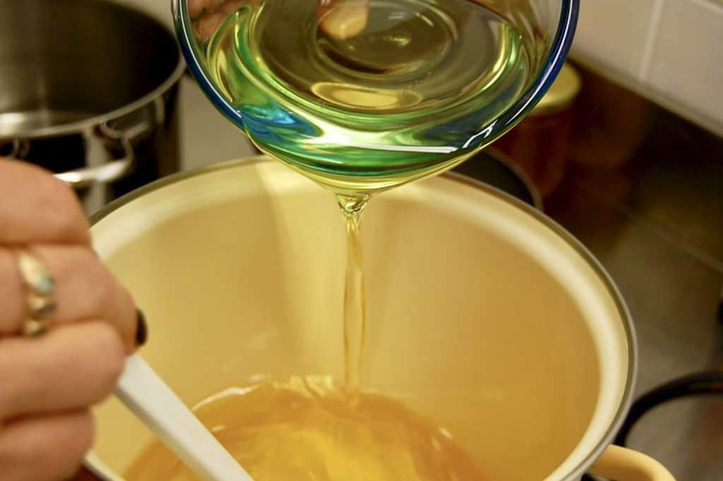 Fette schmelzen, Olivenöl dazugeben