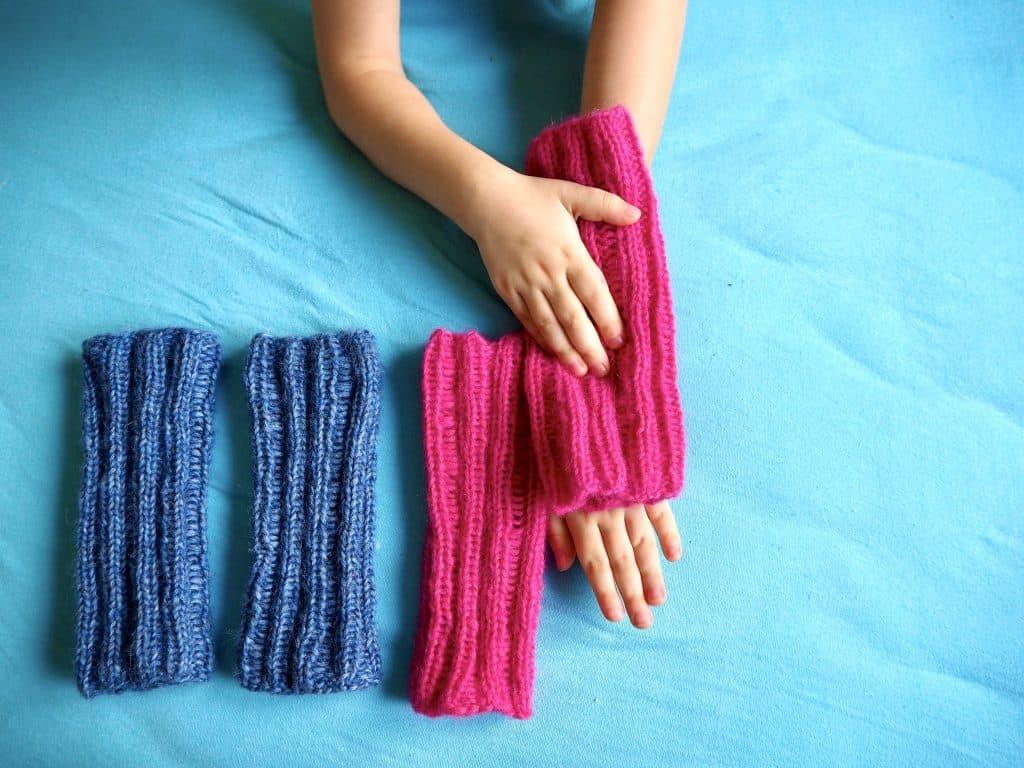 fertige Armstulpen in blau und pink