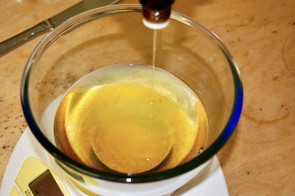 ätherische Öle in Rizinusöl träufeln