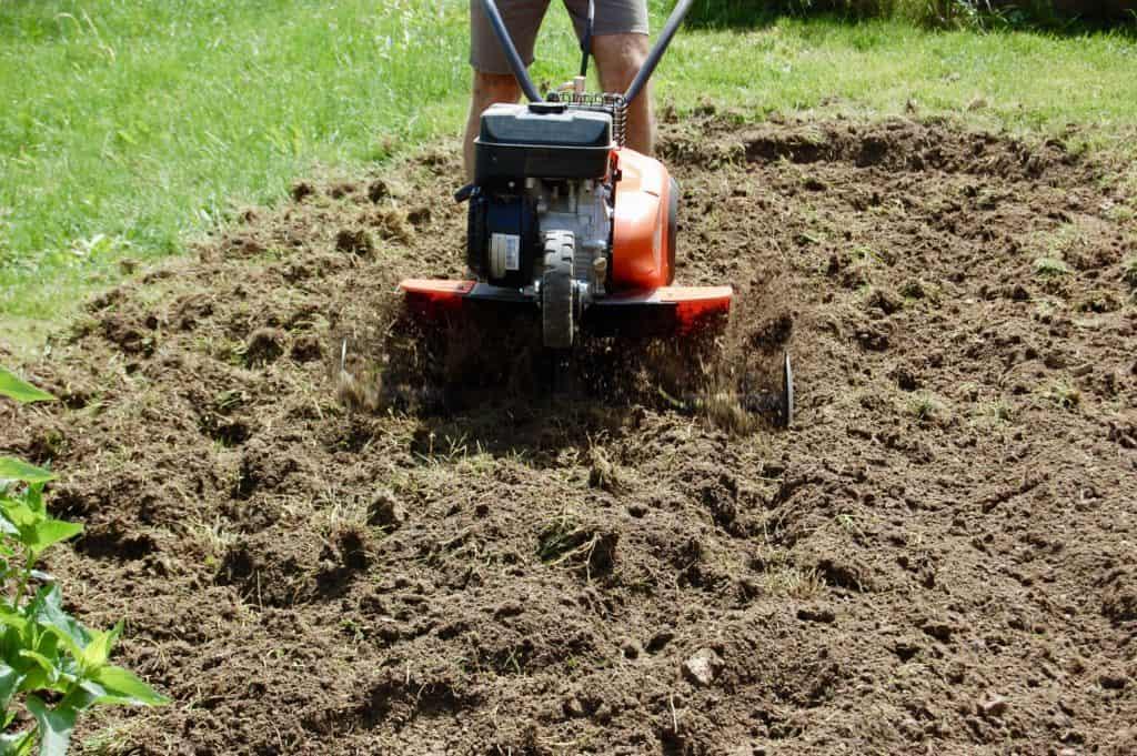 Der Boden wird gelockert, Komposterde untergemischt