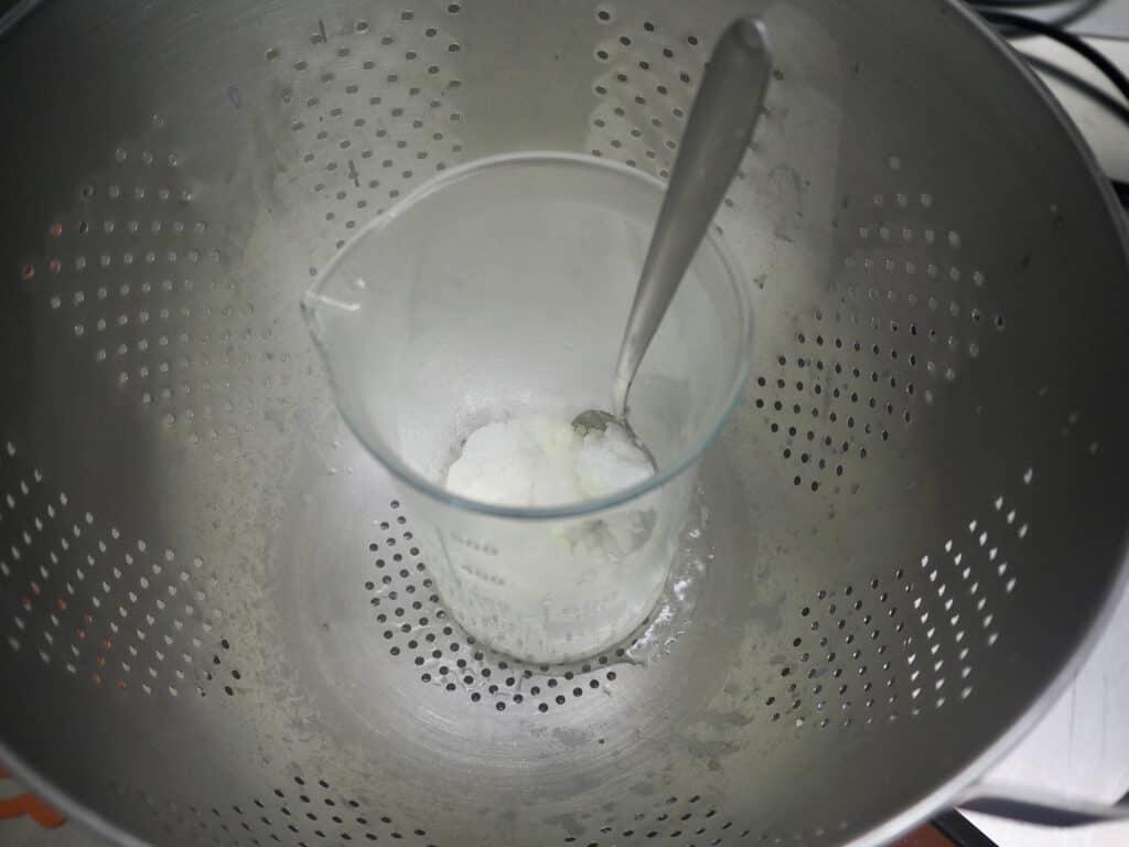 Öl und Wachs im Wasserbad schmelzen für Deoherstellung