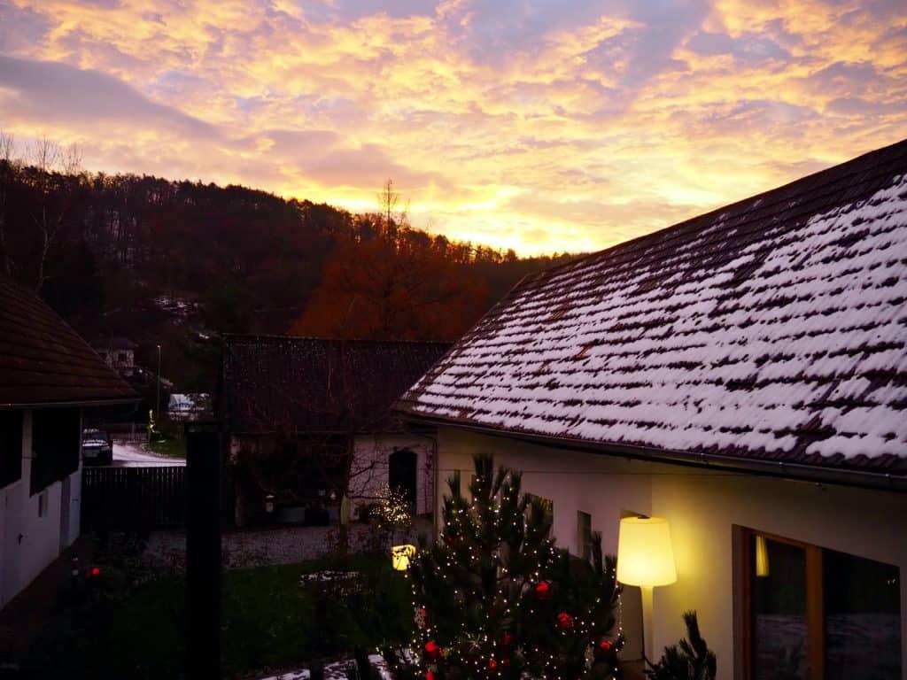 Sonnenaufgang und Schnee am Dach