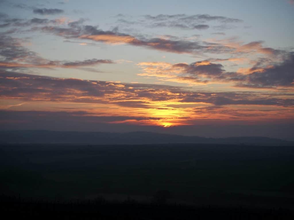 Sonnenaufgang über Feldern