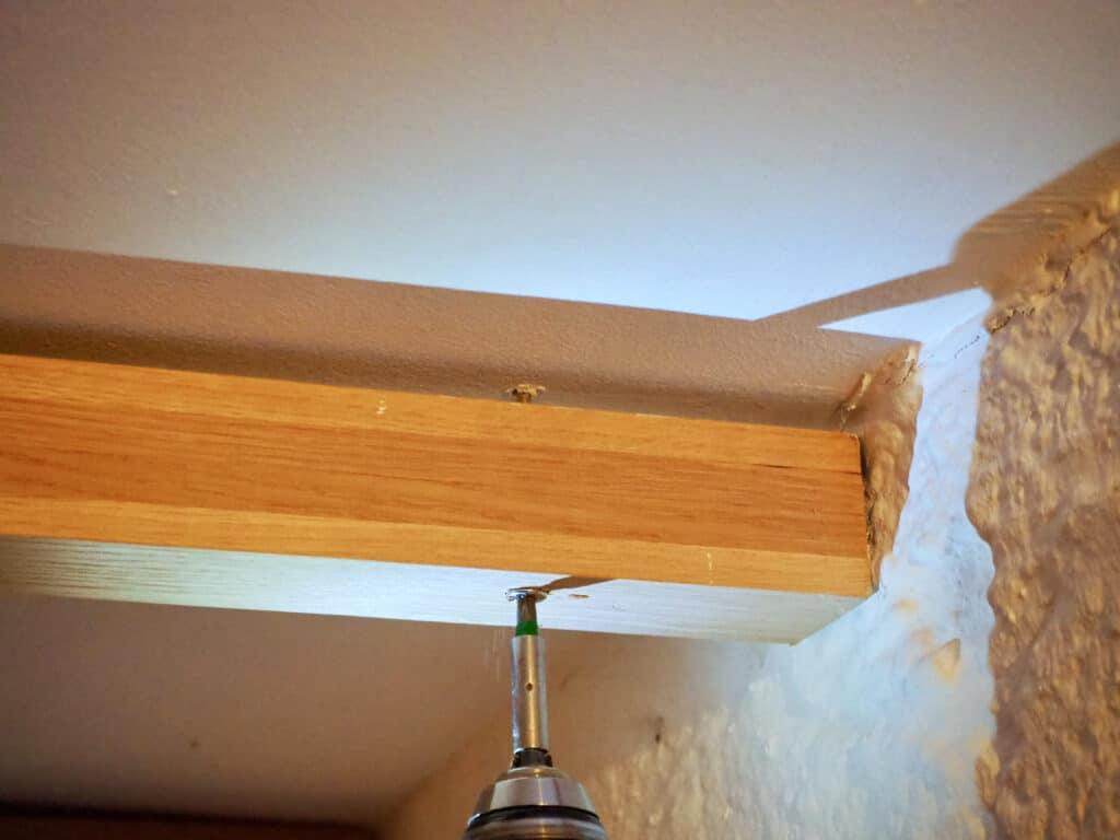 Holzleiste an Decke hängen.