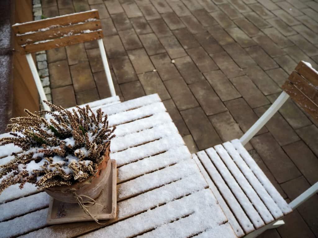 Schnee auf Holztisch