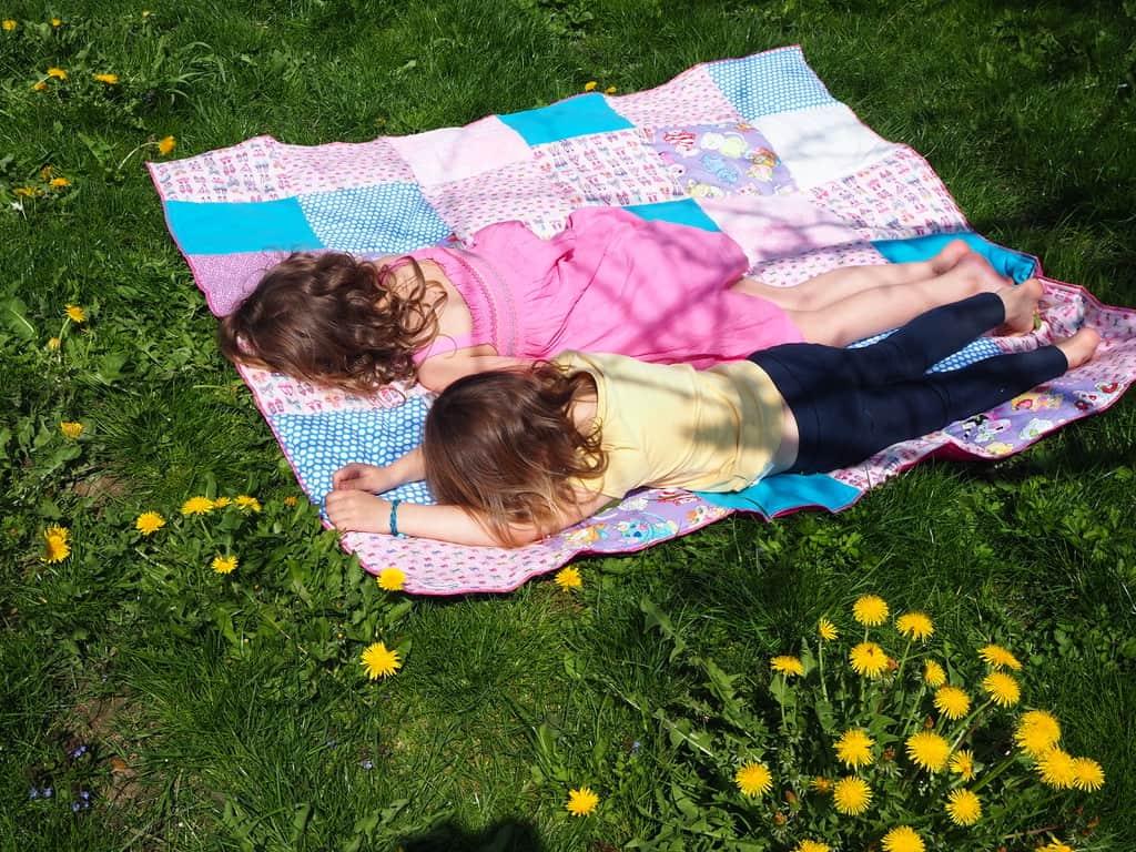 Kinder auf Picknickdecke