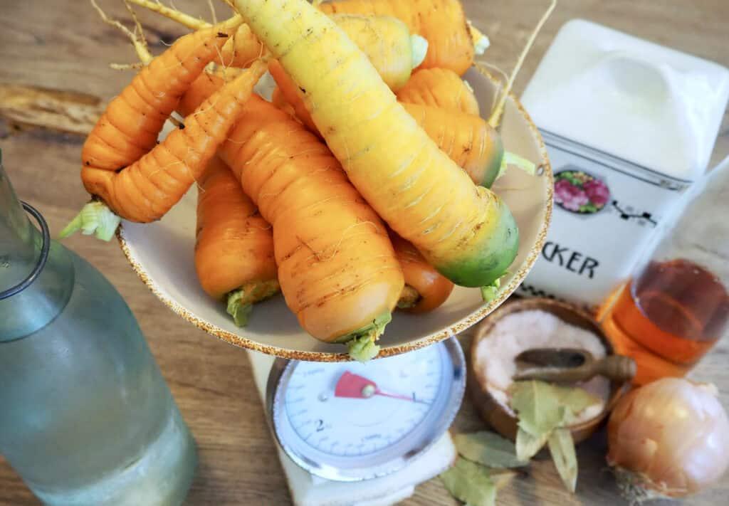 Zutaten für eingekochten Karottensalat